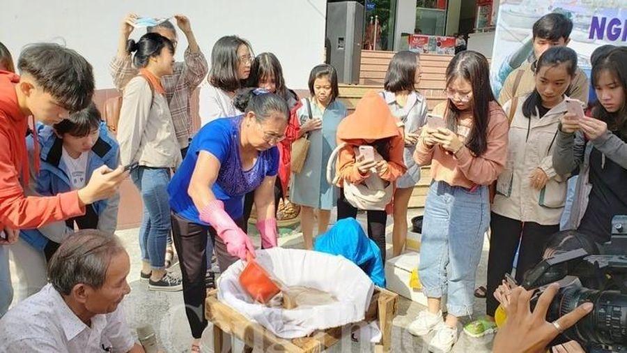 Nghệ nhân trao truyền bí quyết làm nước nắm Nam Ô