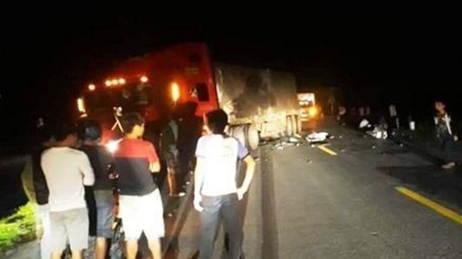 Hai nam thanh niên tử vong dưới gầm xe container