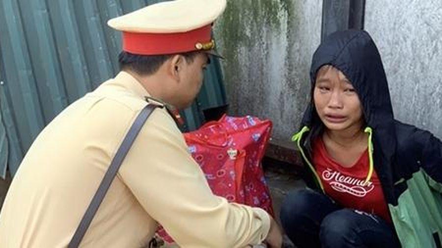 Bé gái đói lả bên đường được CSGT Hà Nội giúp đỡ