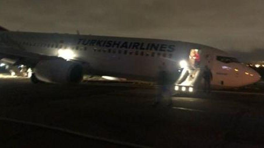 Máy bay chở 134 người gãy càng, trượt khỏi đường băng