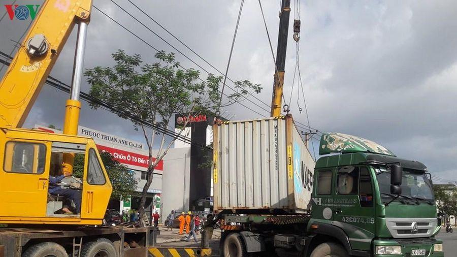 Lật container trước cổng trường học, nhiều tuyến đường ở Đà Nẵng ùn tắc