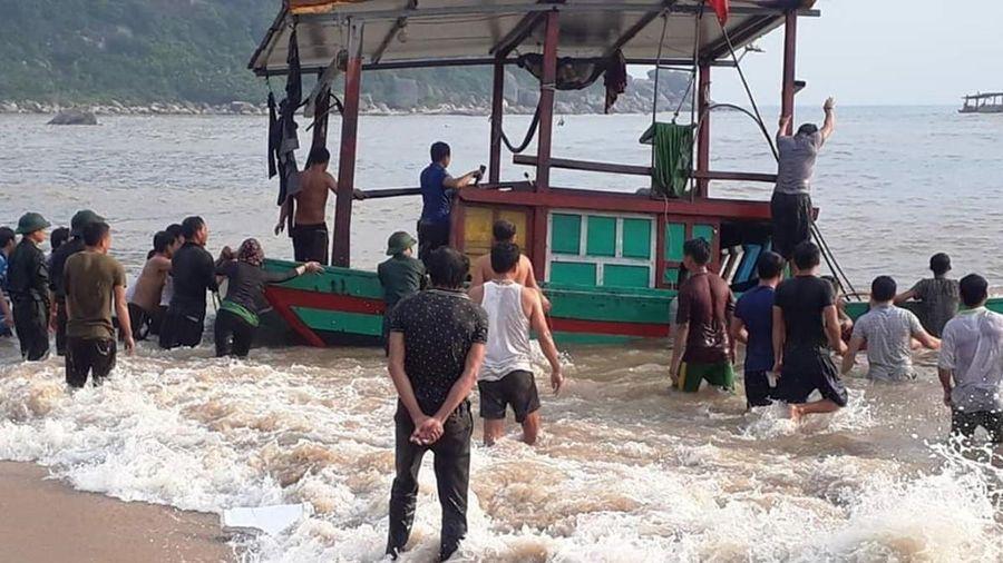 Kịp thời ứng cứu 3 thuyền viên bất ngờ bị sóng đánh chìm