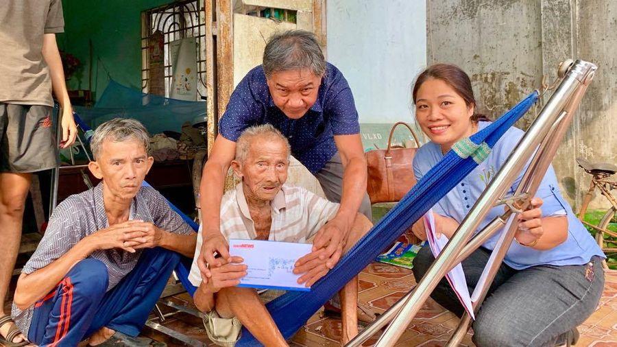 Trao tiền ủng hộ của độc giả VTC News cho cụ ông 90 nuôi con trai khờ và cháu tâm thần