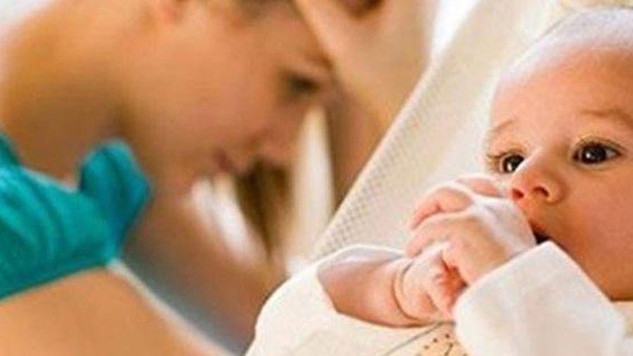 Tôi phát điên vì cách mẹ chồng chăm lúc mới sinh con