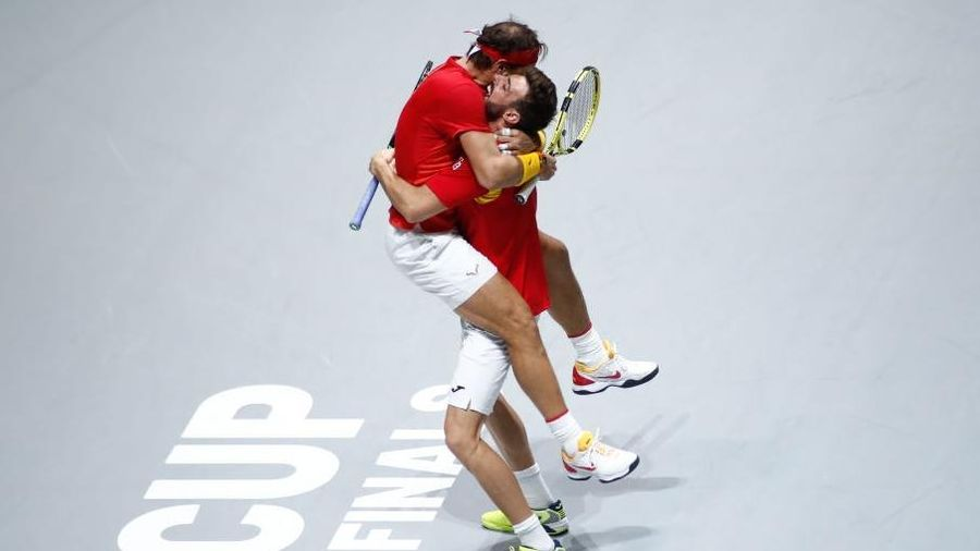 Tứ kết cúp đồng đội danh giá nhất thế giới: Nadal phấn khích ôm chầm bạn đánh cặp, Djokovic đau đớn dừng bước