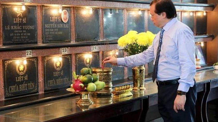 Ban tổ chức Liên hoan phim Việt Nam XXI dâng hương tưởng tưởng nhớ các anh hùng liệt sỹ tại Vũng Tàu