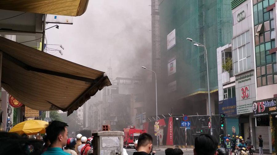 Trung tâm Sài Gòn náo loạn vì cháy công trình cao ốc khách sạn