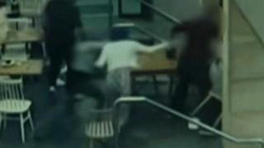 Cô gái mang thai bị đấm đá tới tấp giữa quán cà phê
