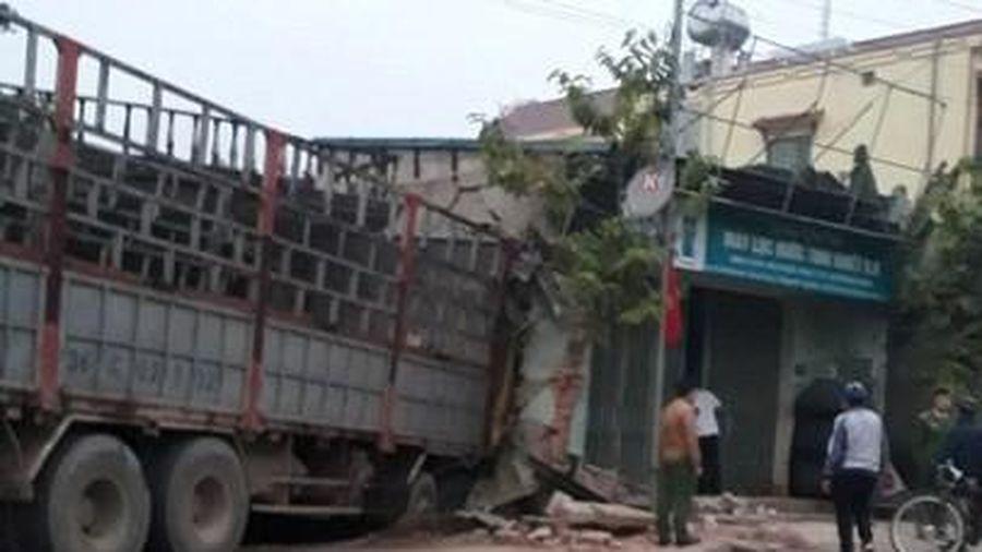 Ôtô tải lao vào 2 nhà dân lúc rạng sáng