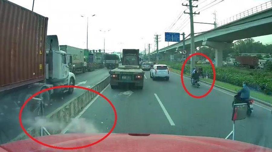 Container bị 2 thanh niên đi xe máy ném đá liên tục vào kính