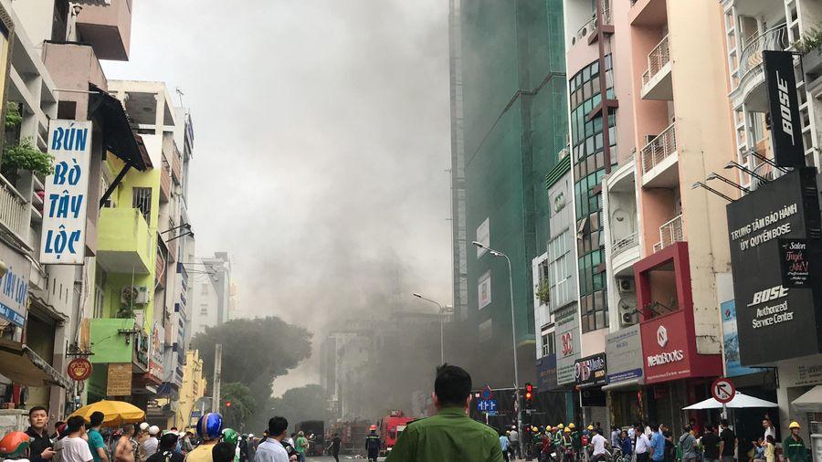 Khách sạn đang xây ở TP.HCM bốc cháy