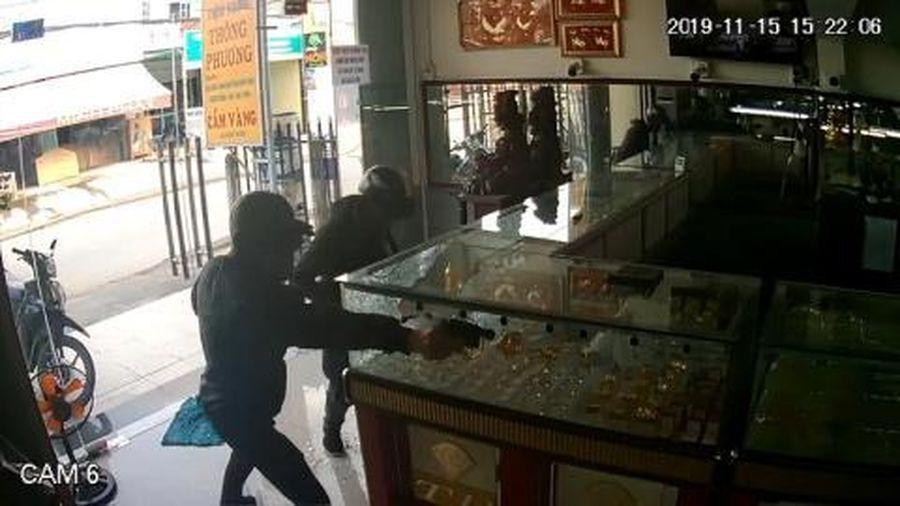 Bắt hai kẻ nổ súng cướp tiệm vàng Sài Gòn