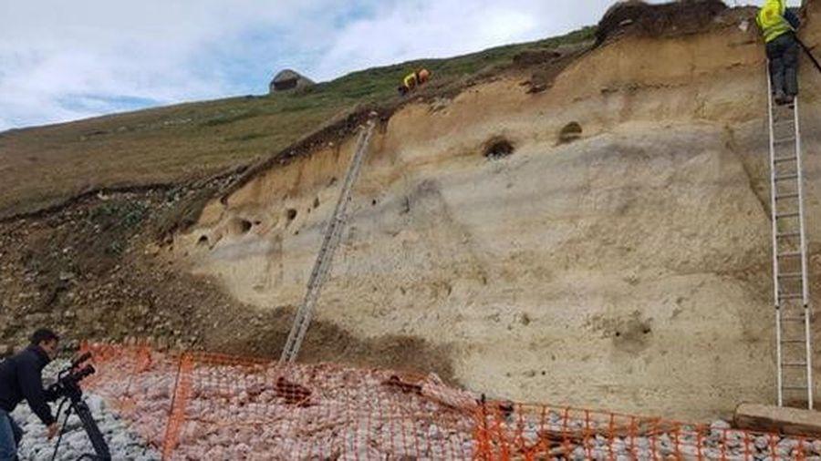 Sạt lở, hiện ra 6 bộ hài cốt bị 'niêm phong' trong vách đá nhiều thế kỷ