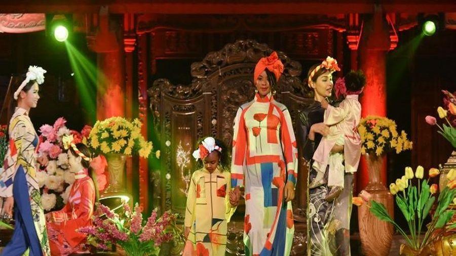 Ngắm các phu nhân chính khách diện áo dài Việt Nam đẹp lạ