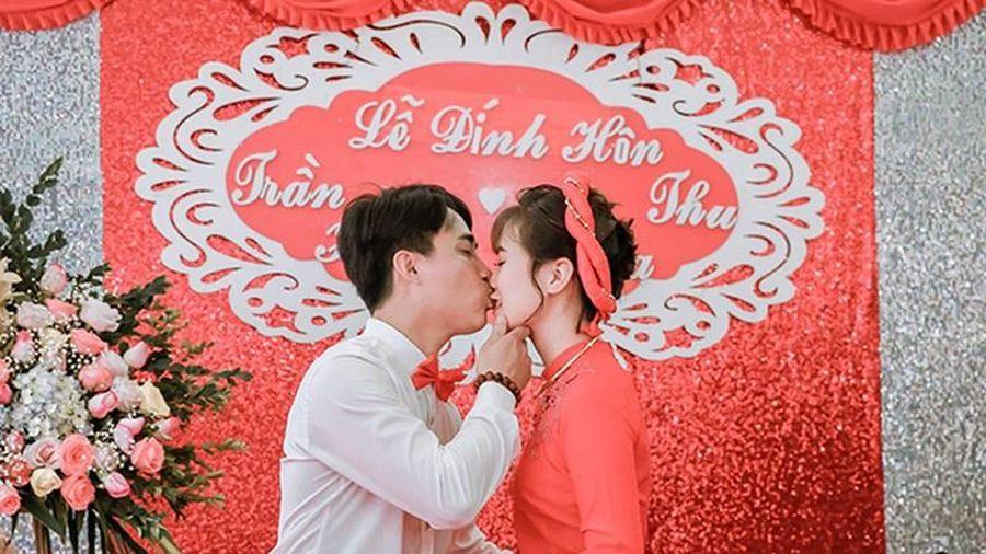 Phát hoảng với chú rể hôn như 'nuốt chửng' cô dâu trong đám cưới