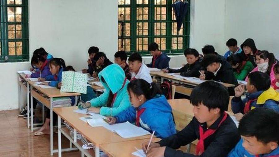 Lào Cai: Mua sắm đồ dùng chống rét cho học sinh