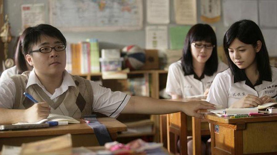 Cả lớp bị ghi tên trong sổ đầu bài, đọc đến phần lý do không biết nên buồn hay nên vui
