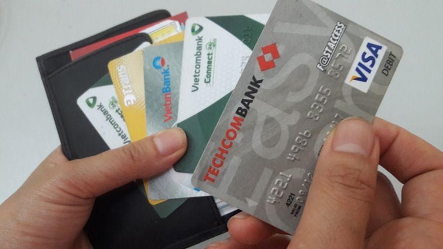 Từ ngày 31/12, mở thẻ ATM hộ người khác có thể bị phạt tới 100 triệu đồng
