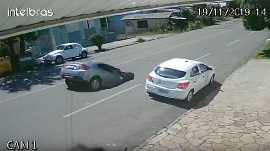 Cận cảnh 'hố tử thần' xuất hiện trên đường, 'nuốt chửng' xe hơi