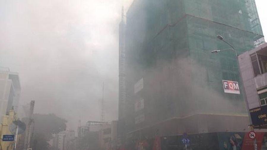 Khói đen bao trùm công trình giữa trung tâm TP.HCM, công nhân hốt hoảng bỏ chạy