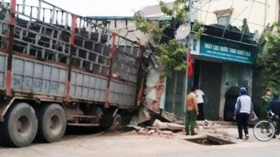 Thanh Hóa: Ô tô tải mất lái, lao thẳng vào nhà dân, gây thiệt hại khoảng 100 triệu đồng