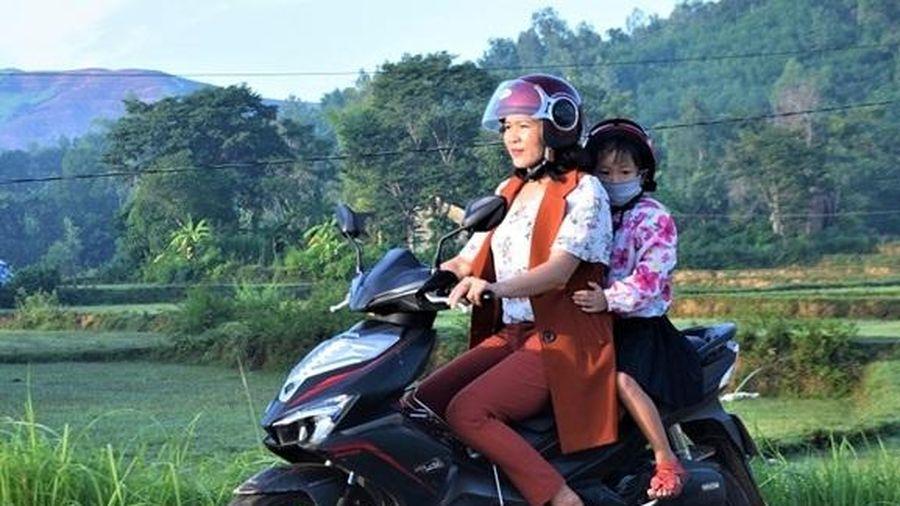 Người phụ nữ 6 năm làm 'xe ôm' miễn phí đưa trẻ em có hoàn cảnh khó khăn tới trường