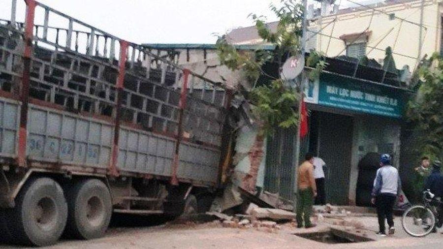 Xe tải mất lái đâm sập tường hai nhà dân