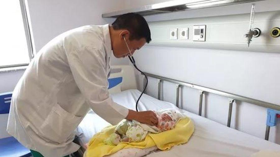 Em bé 8 ngày tuổi được gửi từ Lào qua Việt Nam để phẫu thuật tim phức tạp