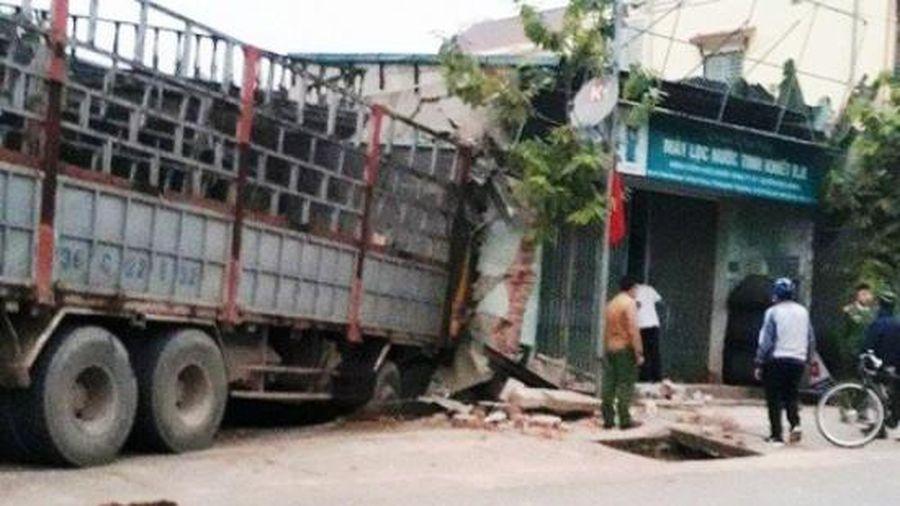 Ô tô tải mất lái, lao thẳng vào hai nhà dân ven đường