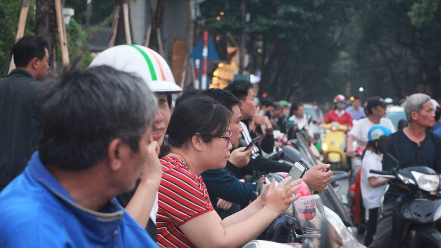 Hà Nội: Hình ảnh đẹp của các bậc phụ huynh trong lúc chờ đón con giờ tan trường