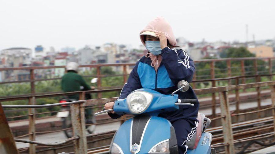 Hà Nội: Người dân áo ấm, mũ len kín đầu đi làm trong đợt 'gió lạnh đầu mùa'
