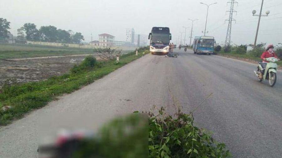 Thanh Hóa: Đi bộ qua đường trên QL 1A, 2 bố con bị xe khách tông chết thảm
