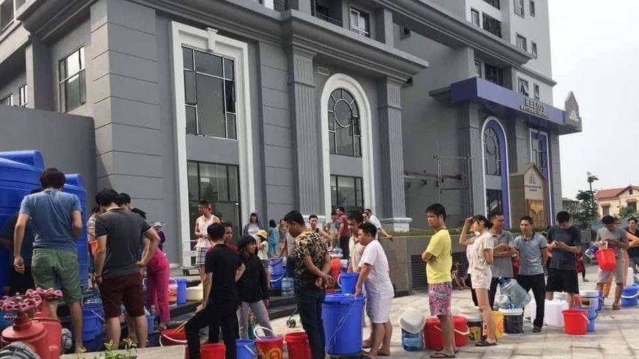 Đường ống nước sông Đà lại trục trặc, hàng nghìn cư dân Hateco khốn khổ xách nước
