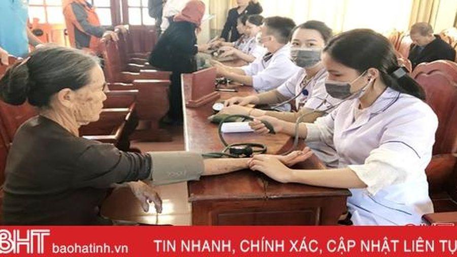 Formosa Hà Tĩnh phối hợp khám, cấp thuốc miễn phí cho gần 200 người dân