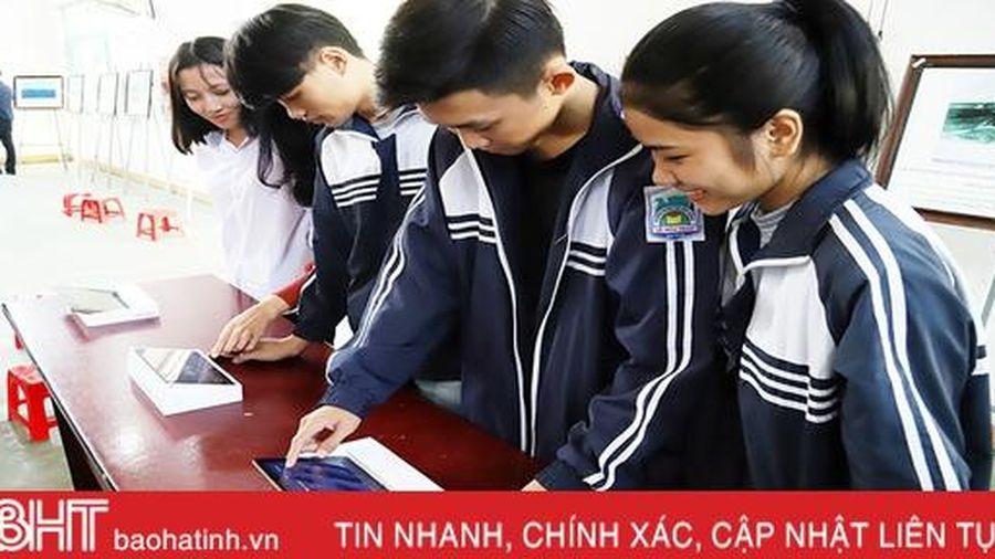 Học sinh Hương Sơn hào hứng với triển lãm 'Hoàng Sa, Trường Sa của Việt Nam - những bằng chứng lịch sử và pháp lý'