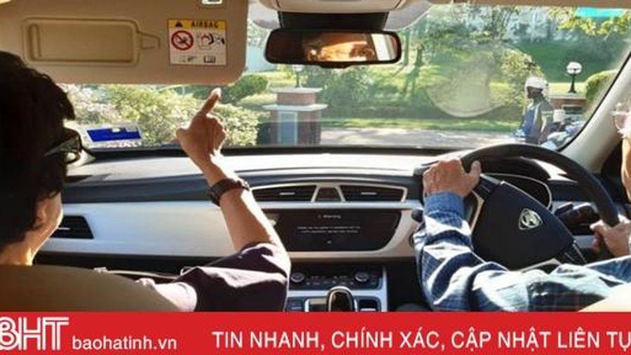 Thủ tướng Malaysia lái xe chở vợ đi hẹn hò