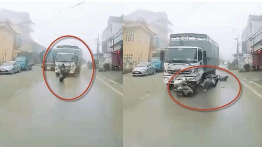 Clip xe tải vượt ẩu trong sương mù Sa Pa húc người đi xe máy văng vào ô tô