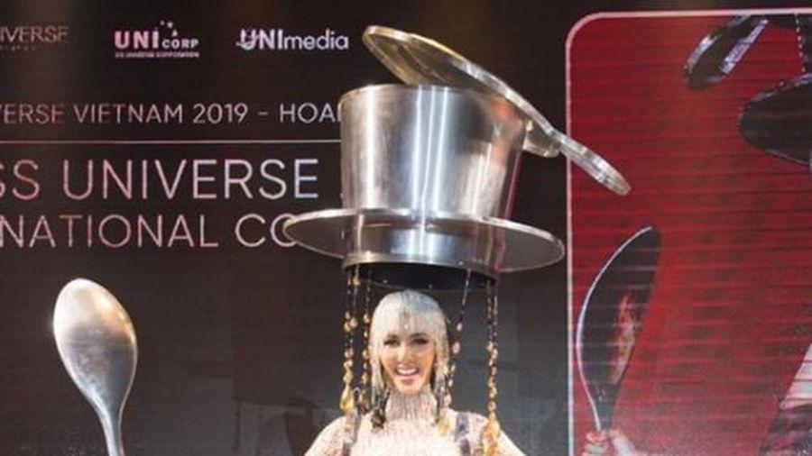 Trang phục 'Cà phê sữa đá' của Hoàng Thùy bất ngờ xuất hiện trên báo Mỹ