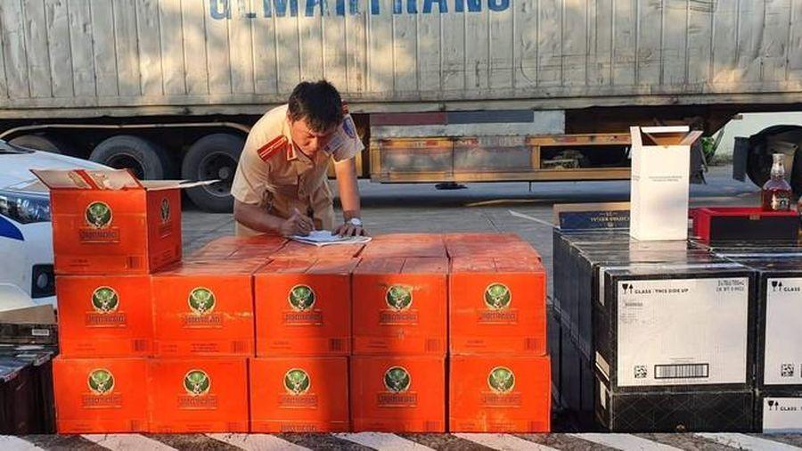 Bắt giữ xe container chở hơn 700 chai rượu ngoại không rõ nguồn gốc