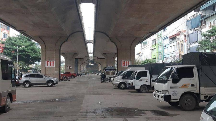 Bất chấp lệnh cấm, Hà Nội vẫn trông giữ xe dưới gầm cầu