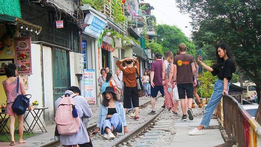 Bộ GTVT yêu cầu Hà Nội sớm di dời phố cà phê đường tàu