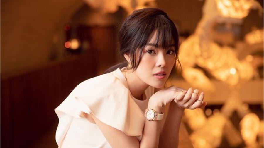 Dương Cẩm Lynh diện váy đơn sắc, xuất hiện trẻ trung ở lứa tuổi 38
