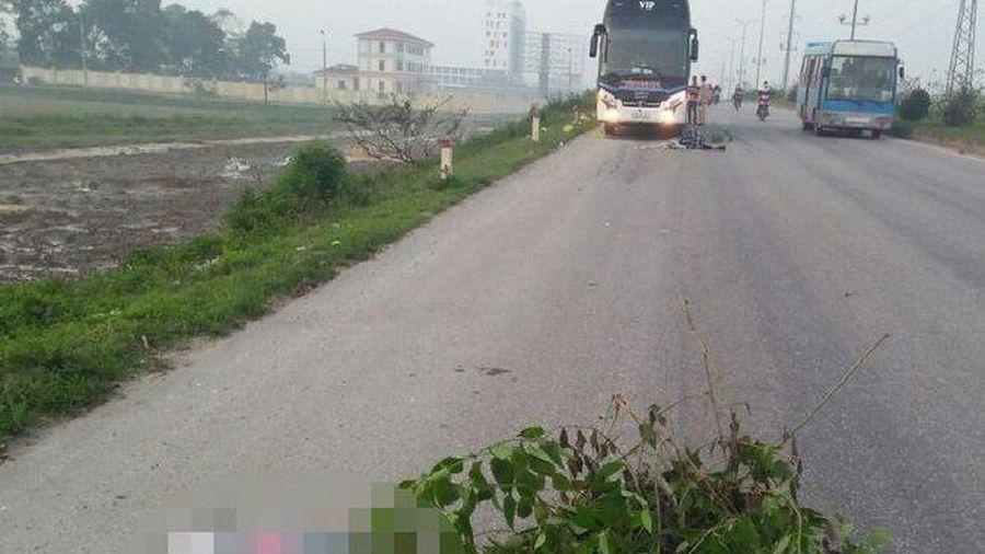 Đi bộ qua đường lúc rạng sáng, 2 bố con bị xe khách tông tử vong