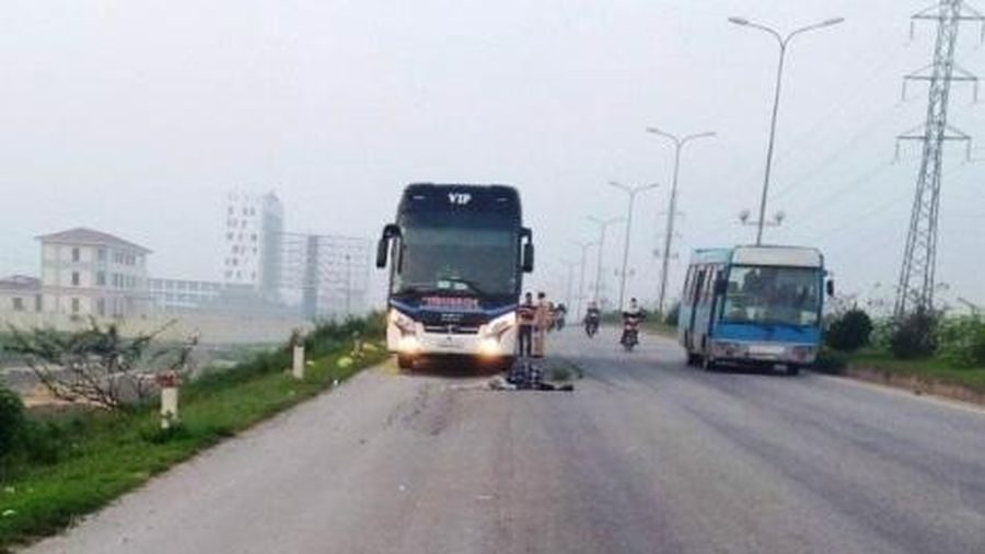 Thanh Hóa: Đi bộ qua đường, hai bố con bị xe tông tử vong