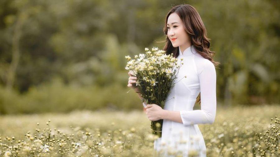 Anika Trinh Trinh hóa nàng thơ cúc họa mi tinh khôi trong áo dài Tommy Nguyễn