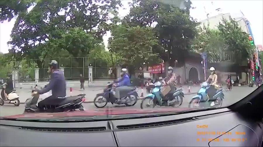 Tài xế xe bán tải vô cớ chặn đầu ô tô đang rẽ rồi nhổ nước bọt