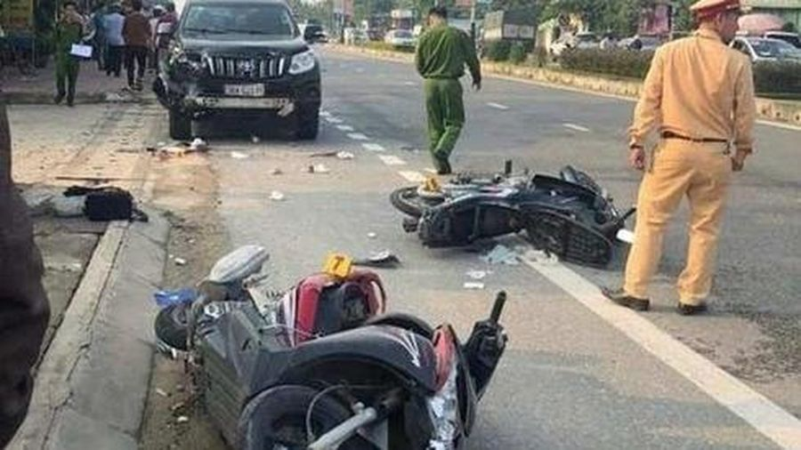 Hà Tĩnh: Toyota Land Cruiser gây tai nạn liên hoàn, 2 người thương vong