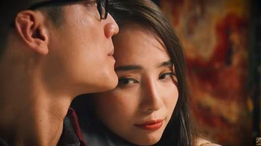 Quỳnh Nga 'nghiện' mặc hở hang trong 'Về nhà đi con' và 'Sinh tử'