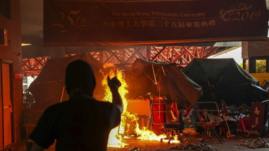Động thái bất ngờ của hàng loạt công ty Hong Kong giữa biểu tình bạo lực