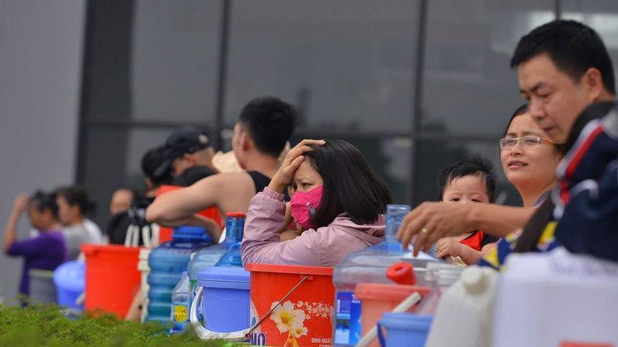 Lại mất nước, dân chung cư Hateco Xuân Phương ì ạch xách nước lên tầng cao